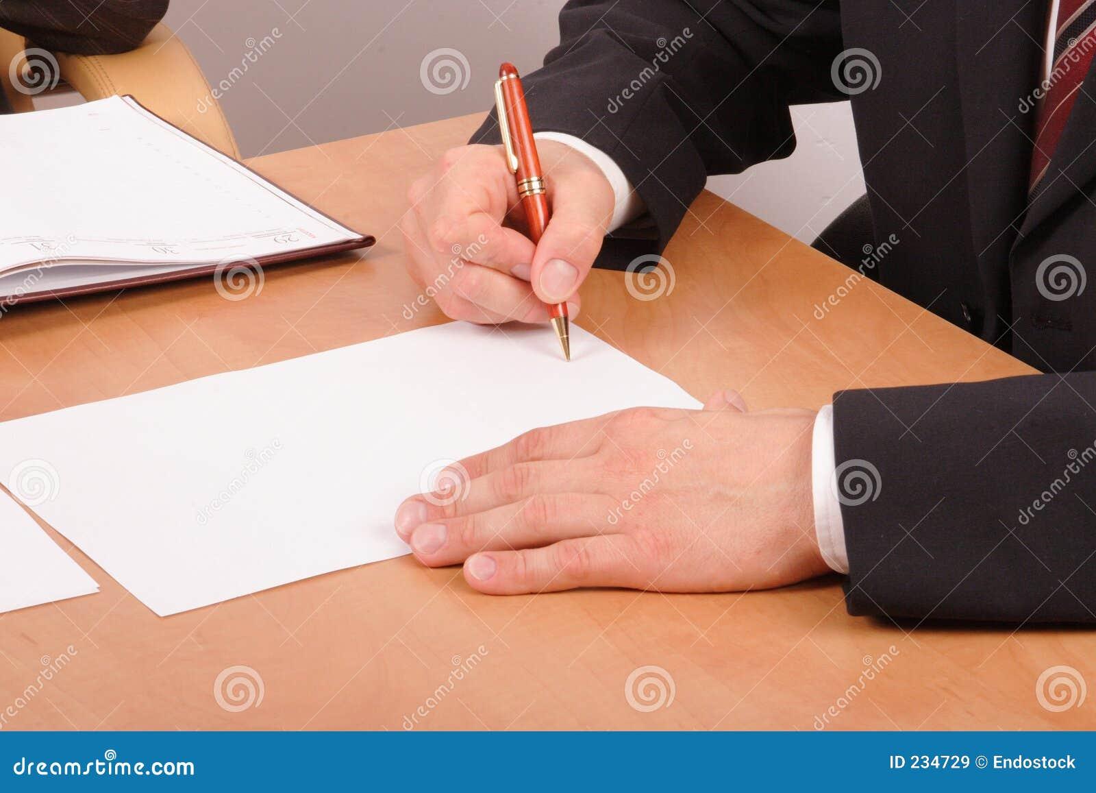 Zakenman die documenten ondertekent - 2