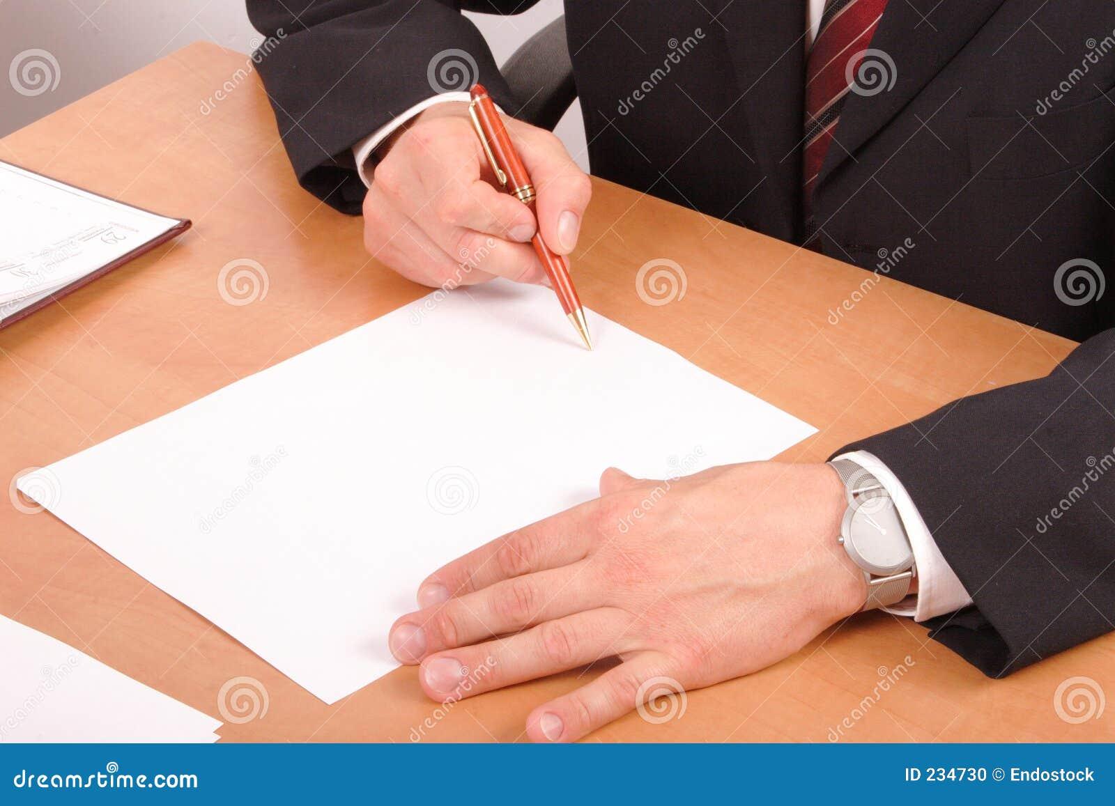 Zakenman die documenten ondertekent