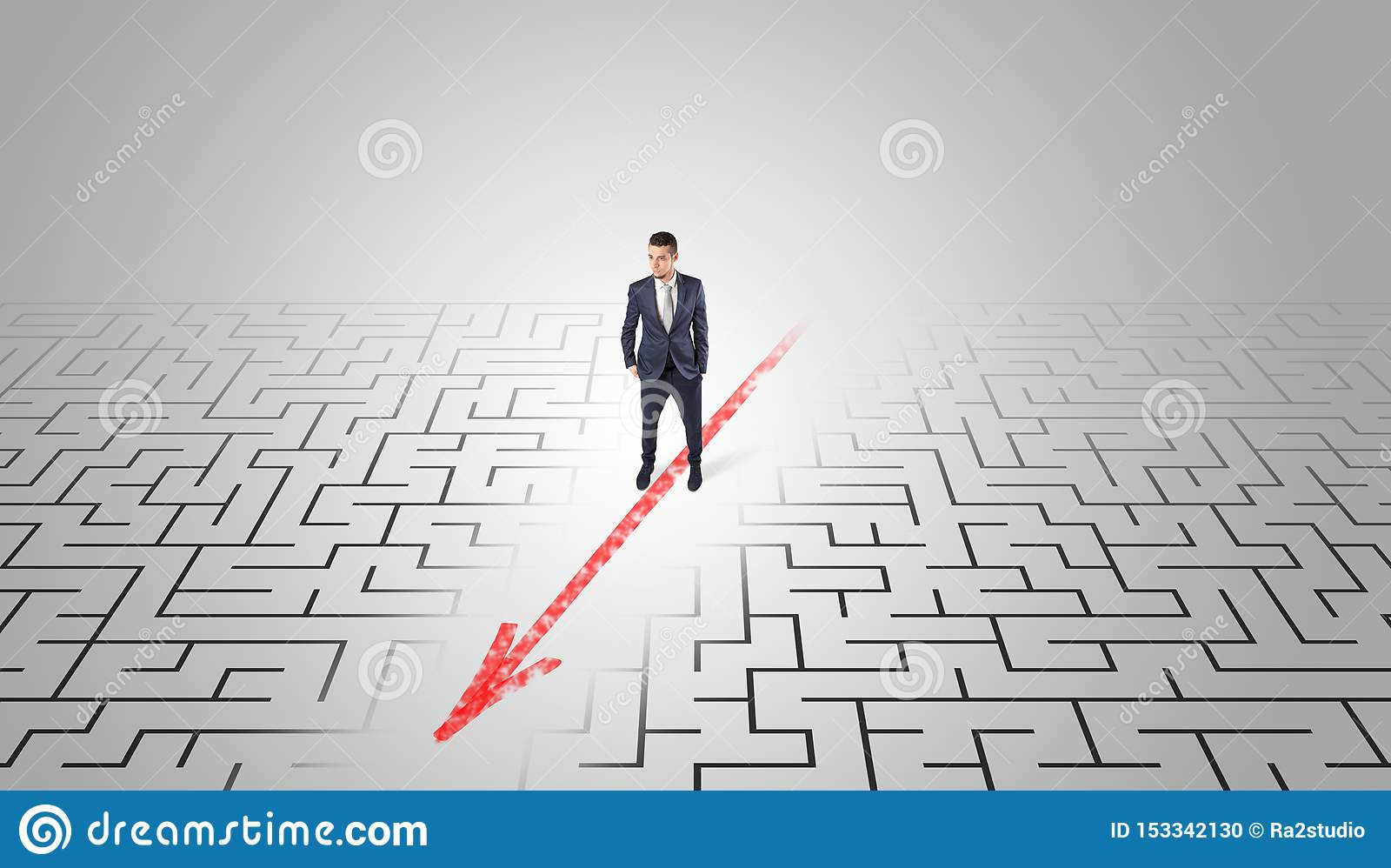 Zakenman die door het labyrint gaan