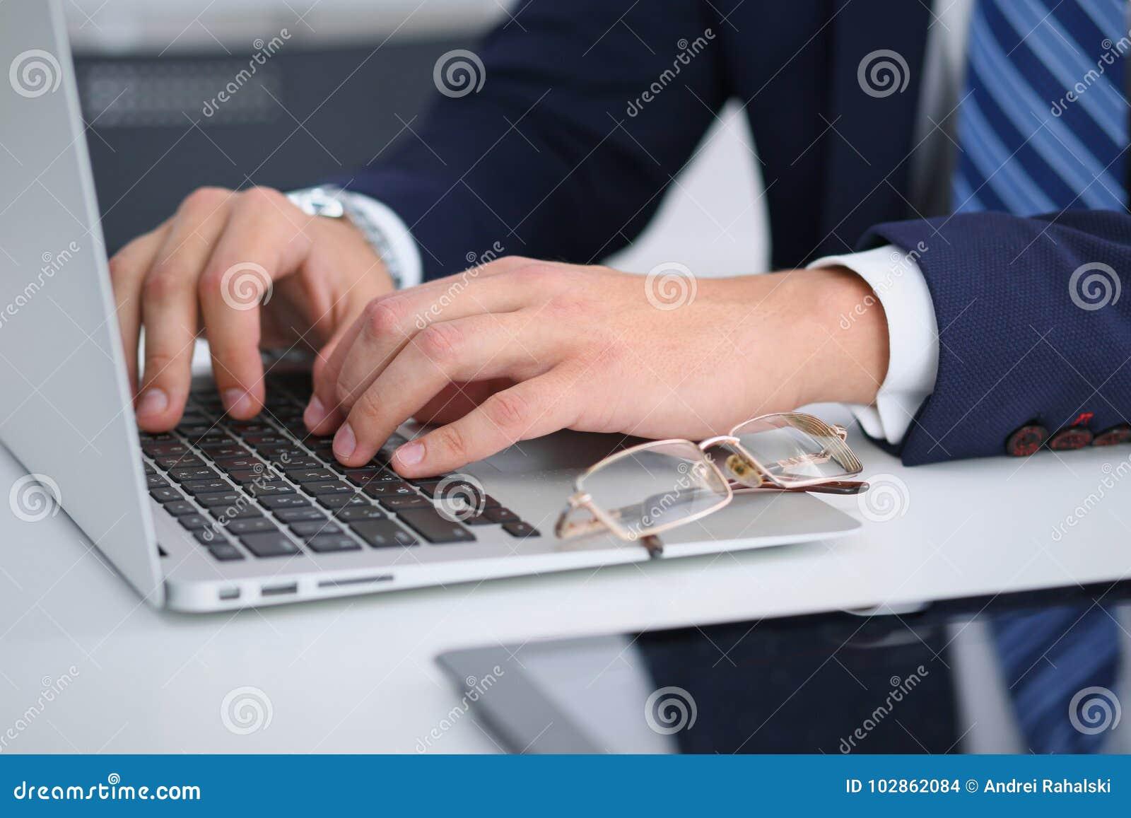 Zakenman die door te typen aan laptop computer werken Mensen` s handen op notitieboekje of bedrijfspersoon op het werk Werkgelege
