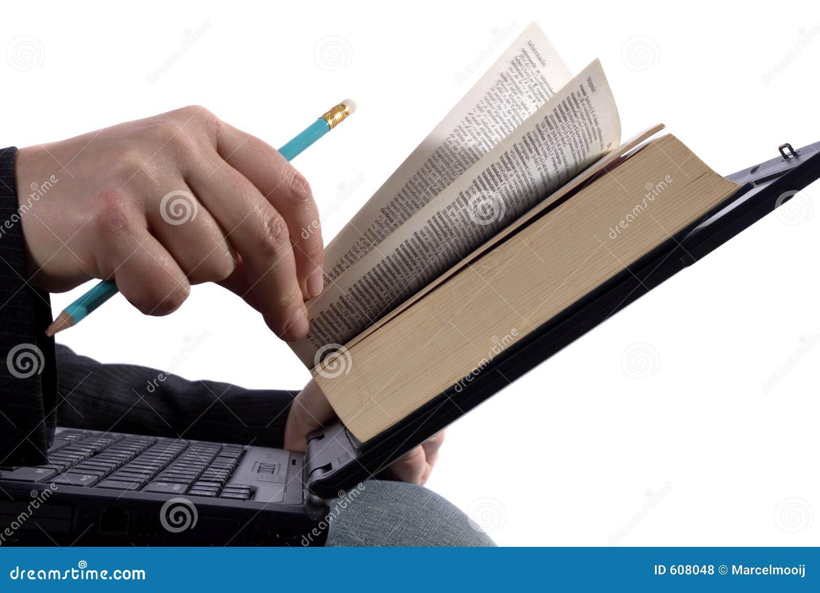 Zakenman die een e-boek leest