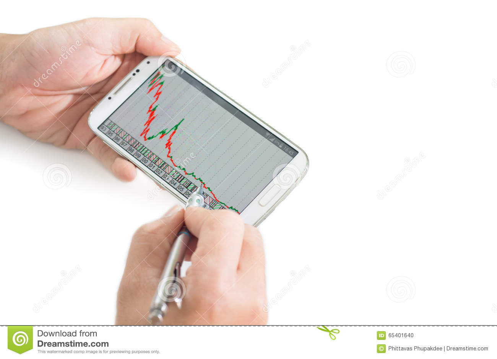 Zakenman die een mobiel apparaat met behulp van om voorraden en marktgegevens te controleren