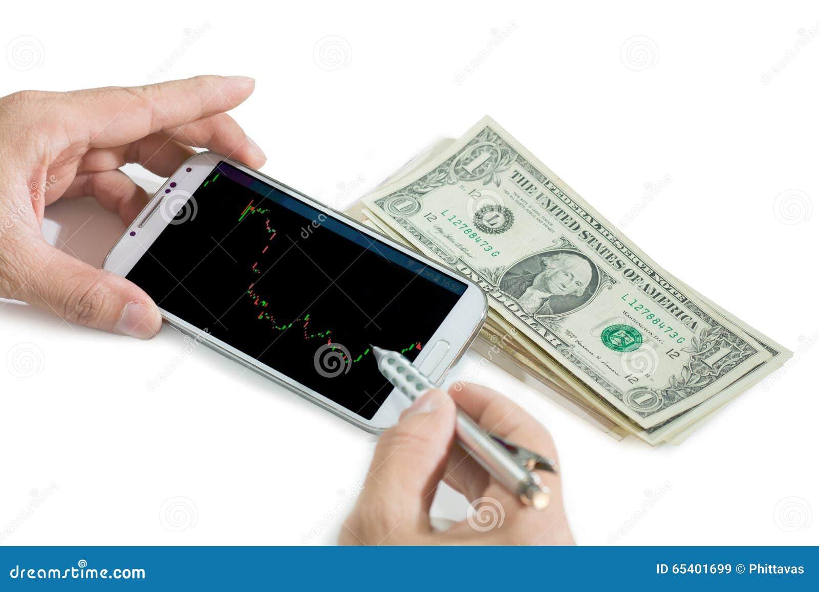 Zakenman die een mobiel apparaat met behulp van om voorraden te controleren alvorens te beslissen