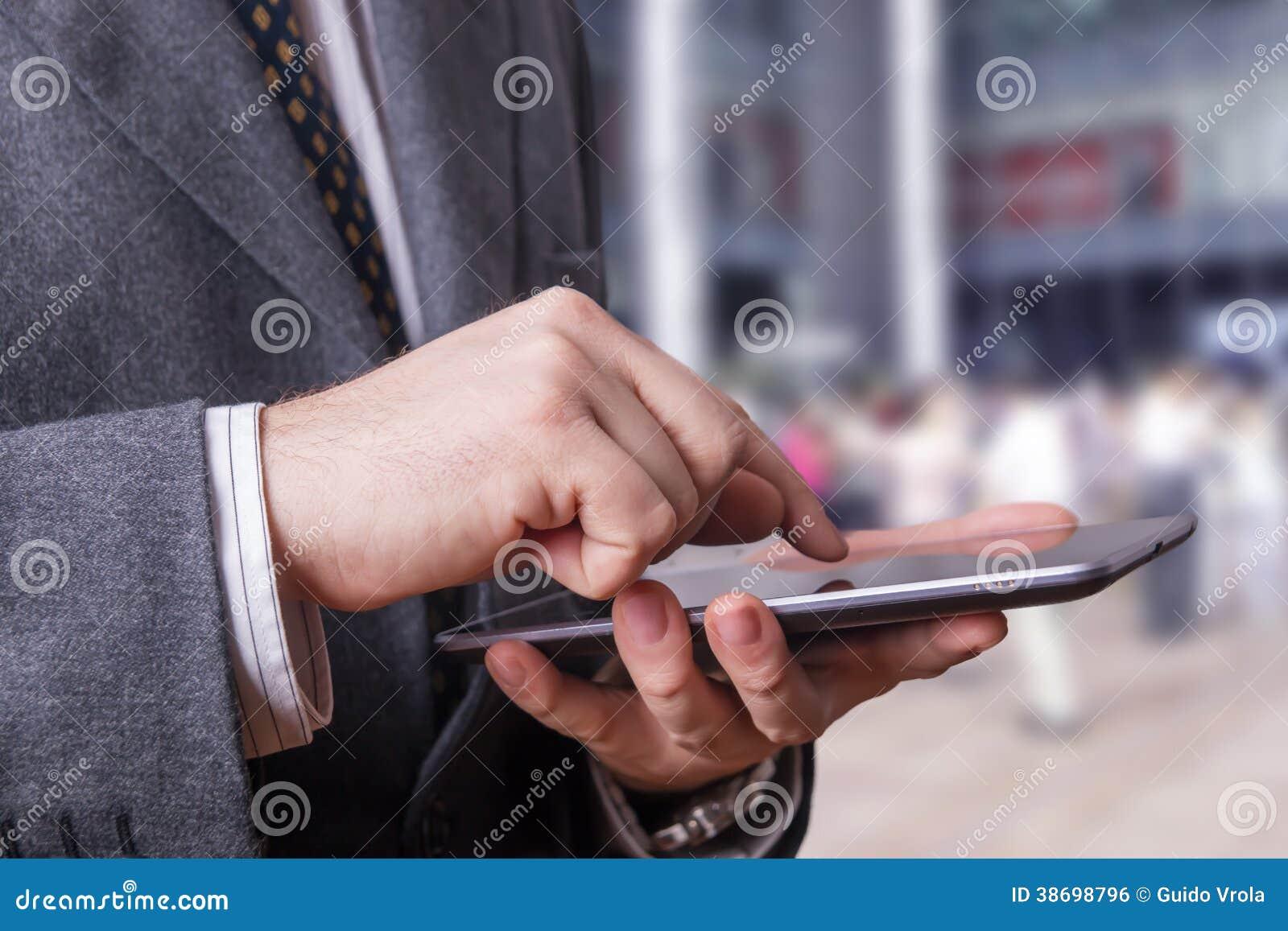 Zakenman die een tablet gebruiken