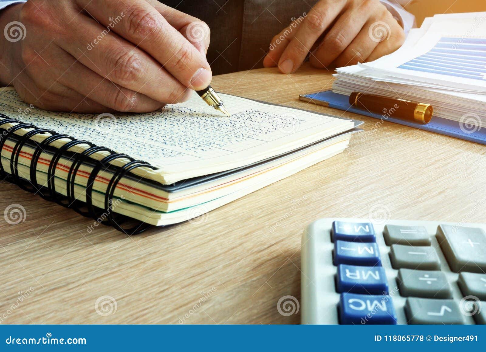 Zakenman die financiële resultaten in boek schrijven Boekhoudingsconcept