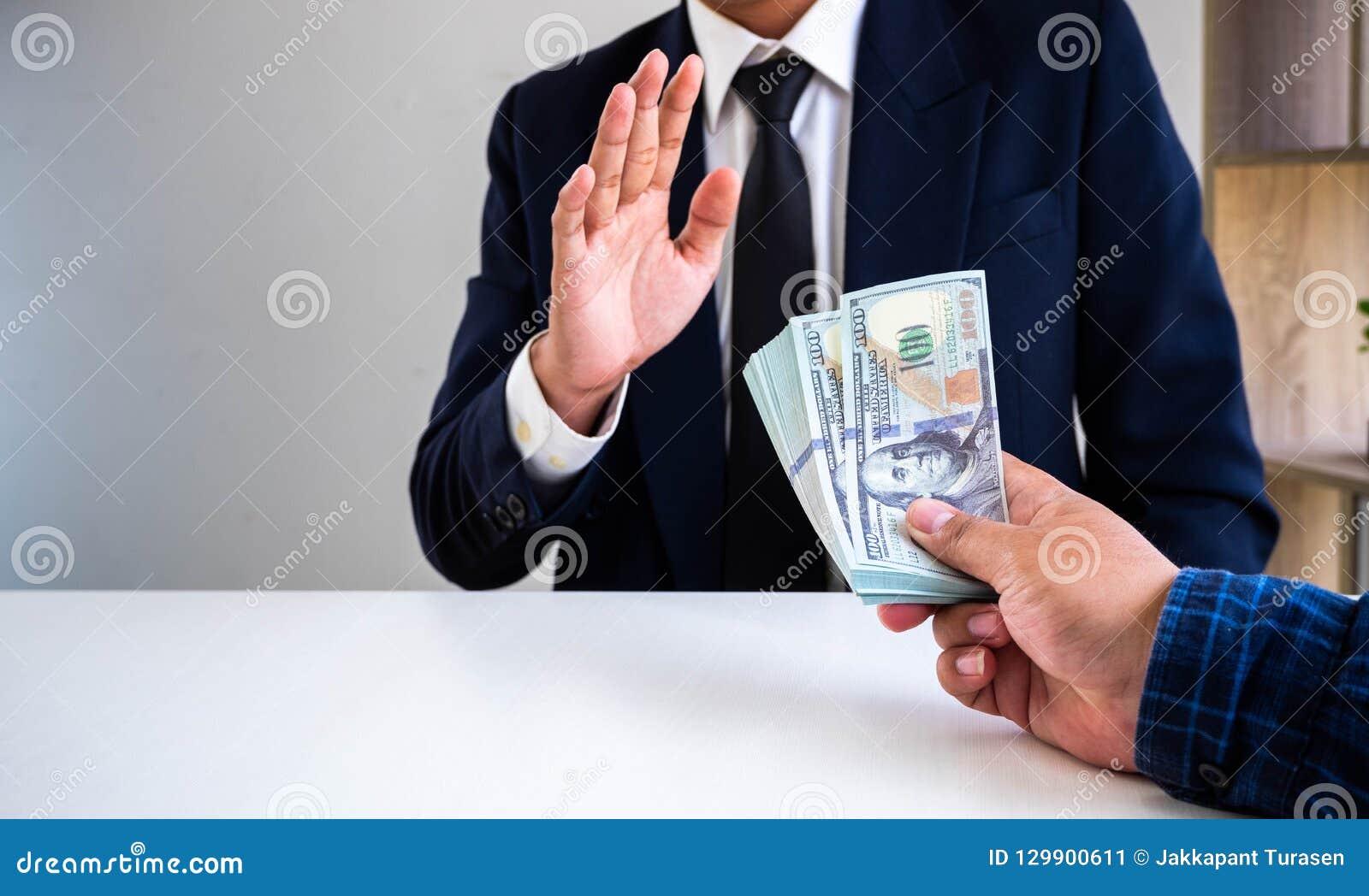 Zakenman die die geld weigeren door zijn partner wordt aangeboden