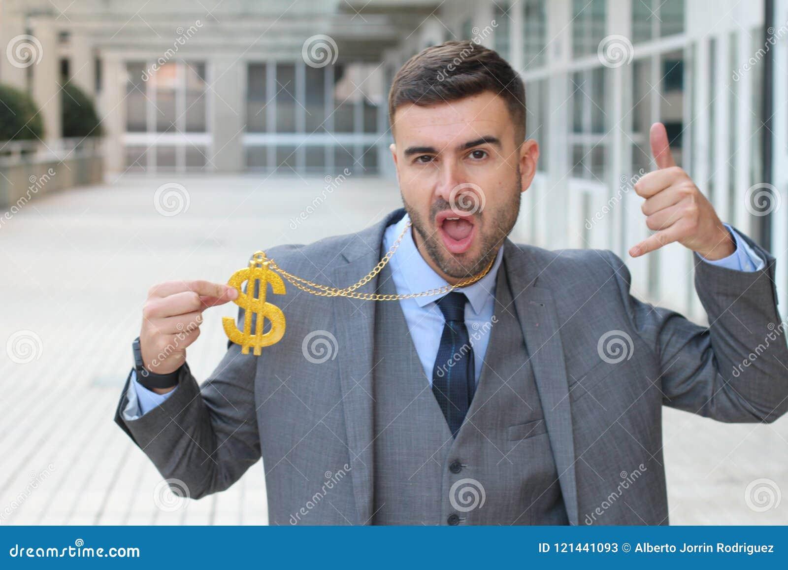 Zakenman die gouden halsband met dollarteken schommelen