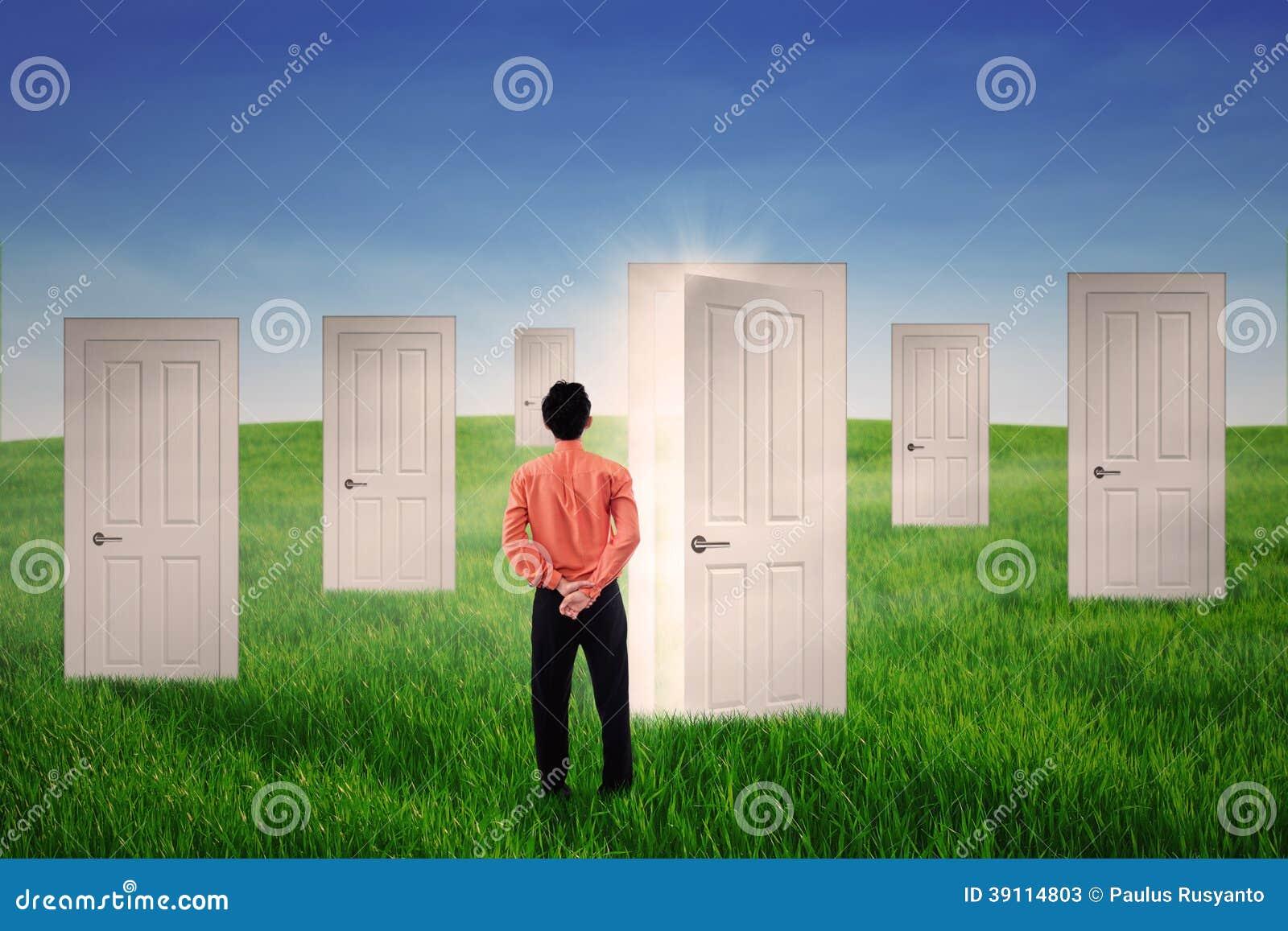 Zakenman die heldere deur bekijken