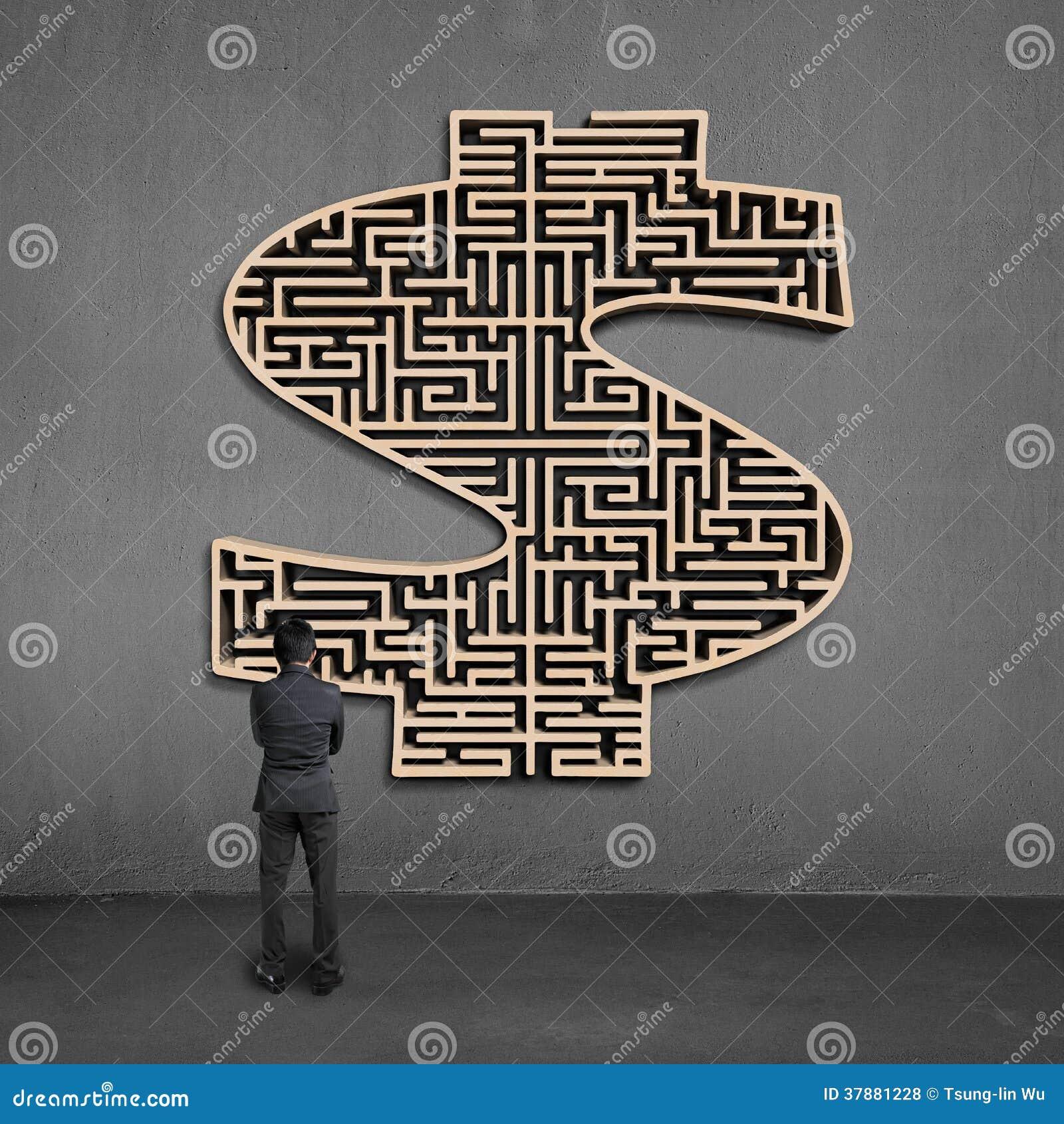 Zakenman die het houten labyrint van de mooneyvorm op muur onder ogen zien