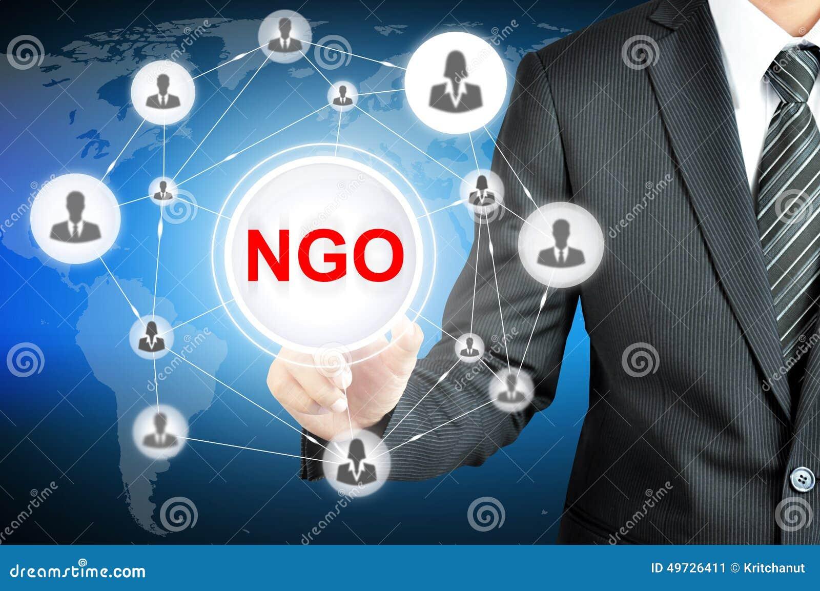 Zakenman die het teken op van NGO (Niet-gouvernementele Organisatie) richten op het virtuele scherm