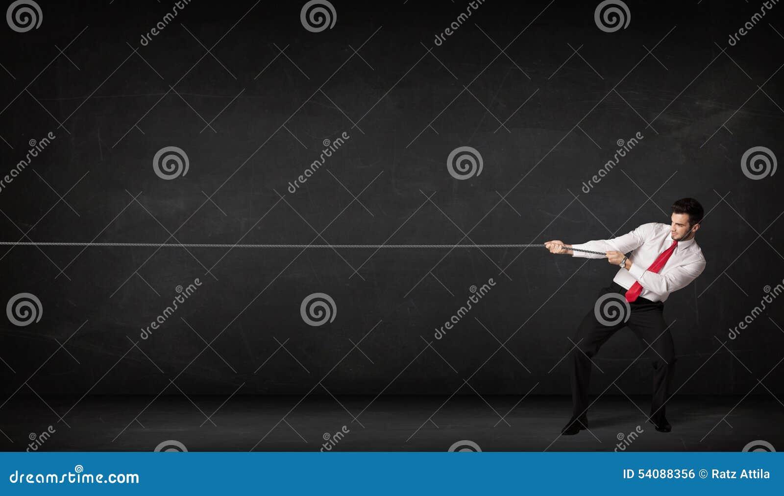 Zakenman die kabel op grijze achtergrond trekken