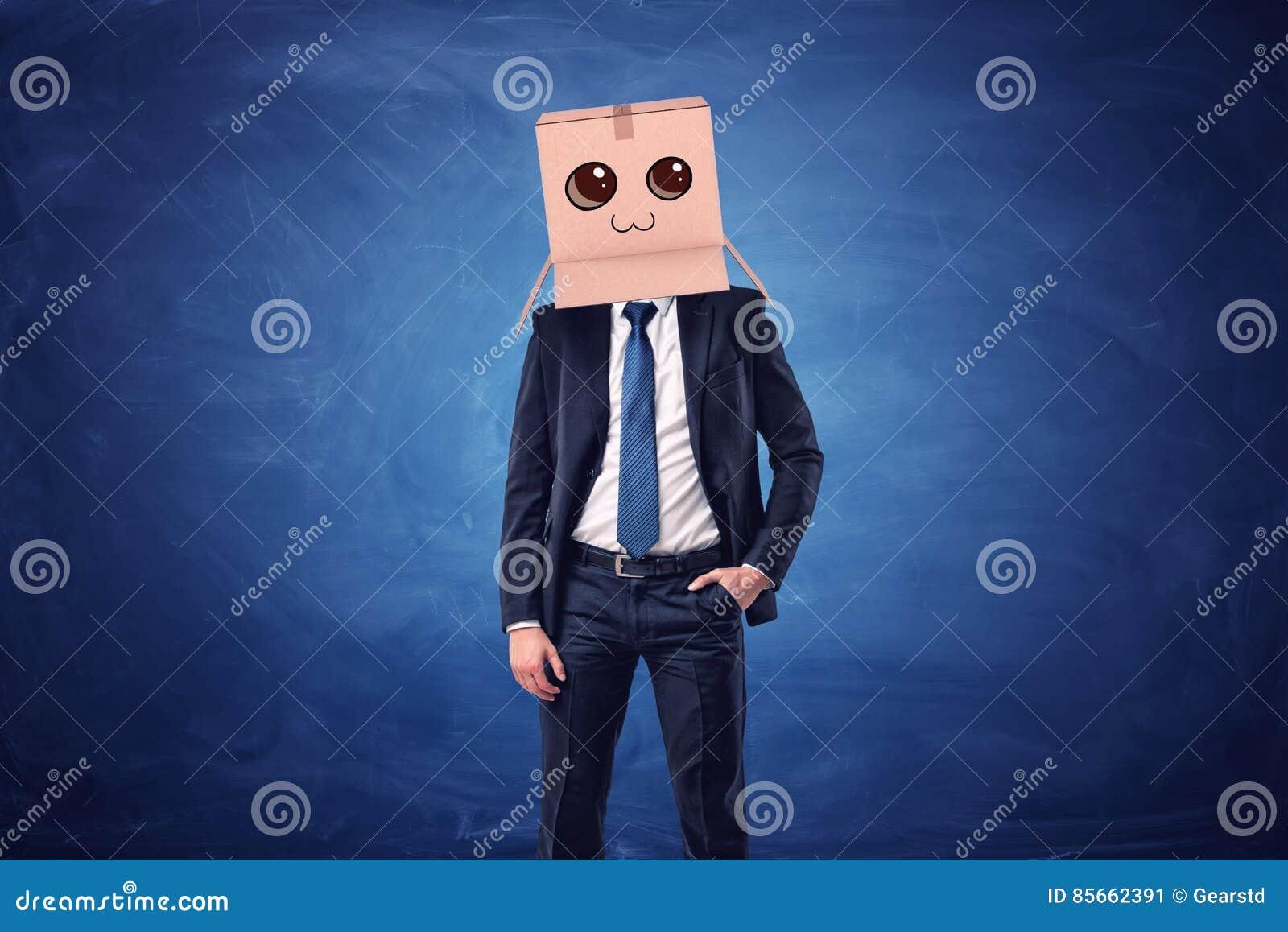 Zakenman die kartondoos met getrokken het glimlachen gezicht op zijn hoofd op blauwe achtergrond dragen