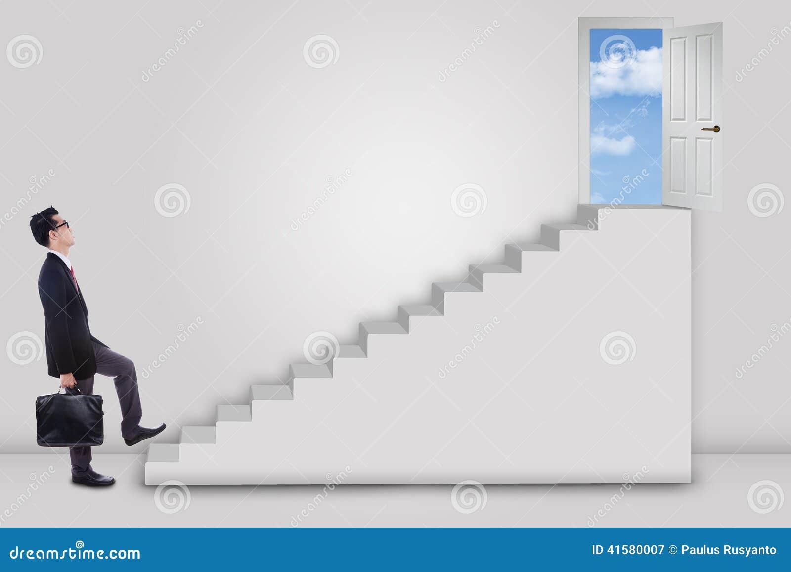 Zakenman die ladder opvoeren aan succesdeur