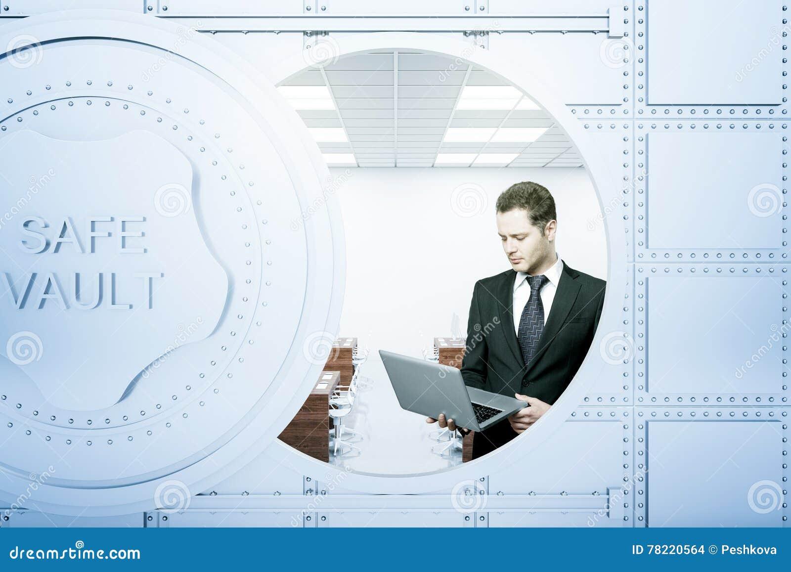 Zakenman die laptop binnen bankkluis met behulp van