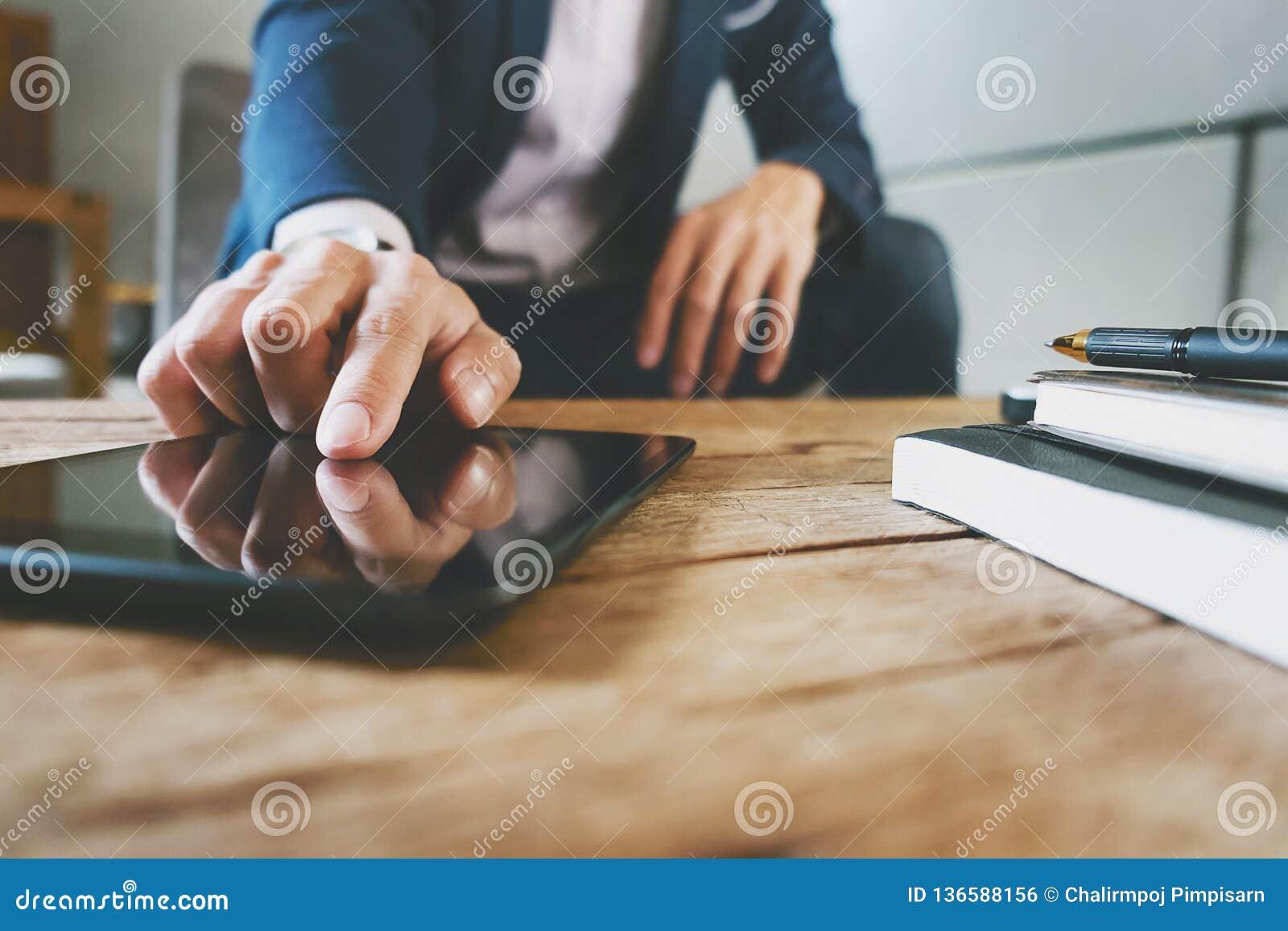 Zakenman die met digitale tablet en laptop met financiële bedrijfsstrategie op het werk werken