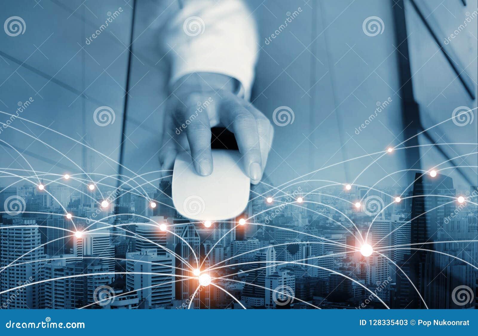 Zakenman die muis met behulp van die globale netwerk en gegevensuitwisseling conecting