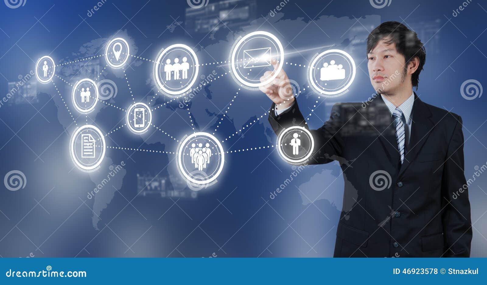 Zakenman die op e-mail digitaal pictogram, bedrijfsconcept drukken