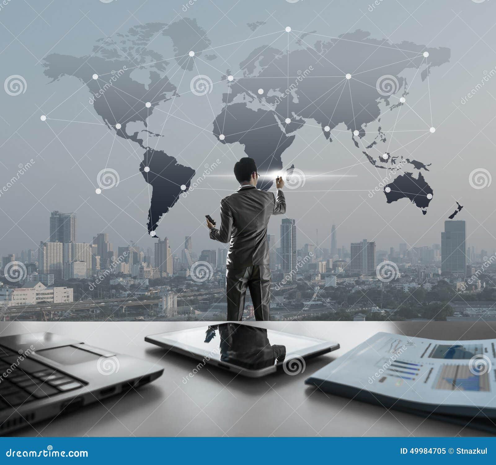 Zakenman die op het digitale virtuele scherm, globalisering ma drukken