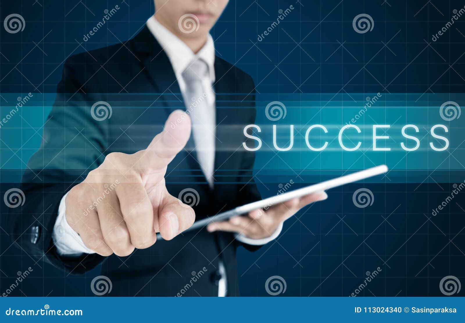 Zakenman die op het scherm met SUCCESwoord glijden Bedrijfs succesconcept