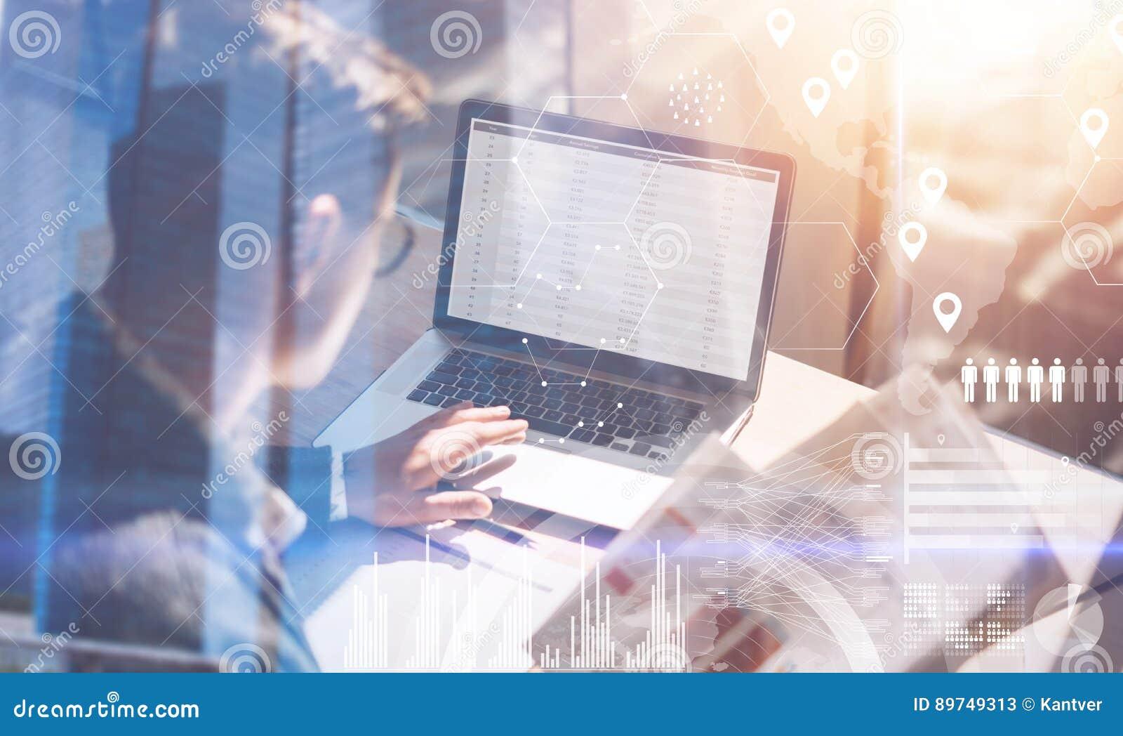 Zakenman die op zonnig kantoor aan laptop werken Het document van de mensenholding documenten in handen Virtueel concept het digi
