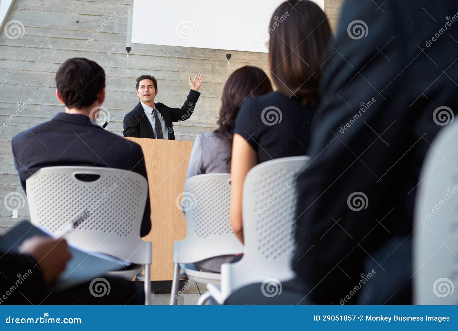 Zakenman die Presentatie leveren op Conferentie