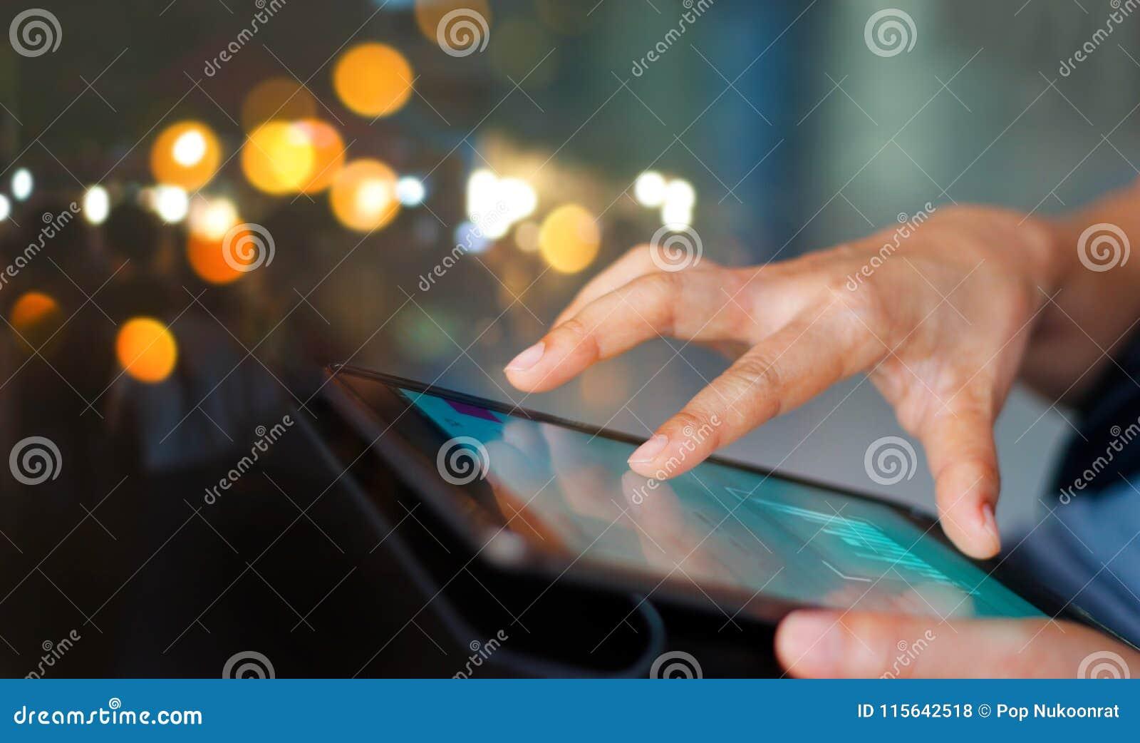 Zakenman die tablet gebruikt bij nacht