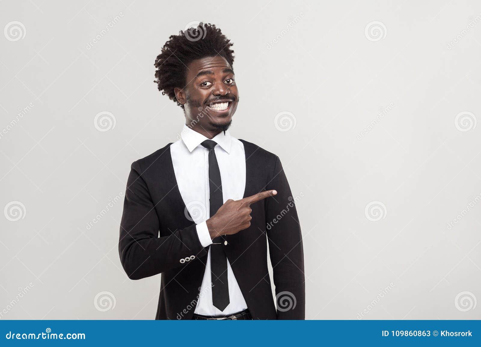 Zakenman die vinger richten op exemplaar het ruimte en tothy glimlachen