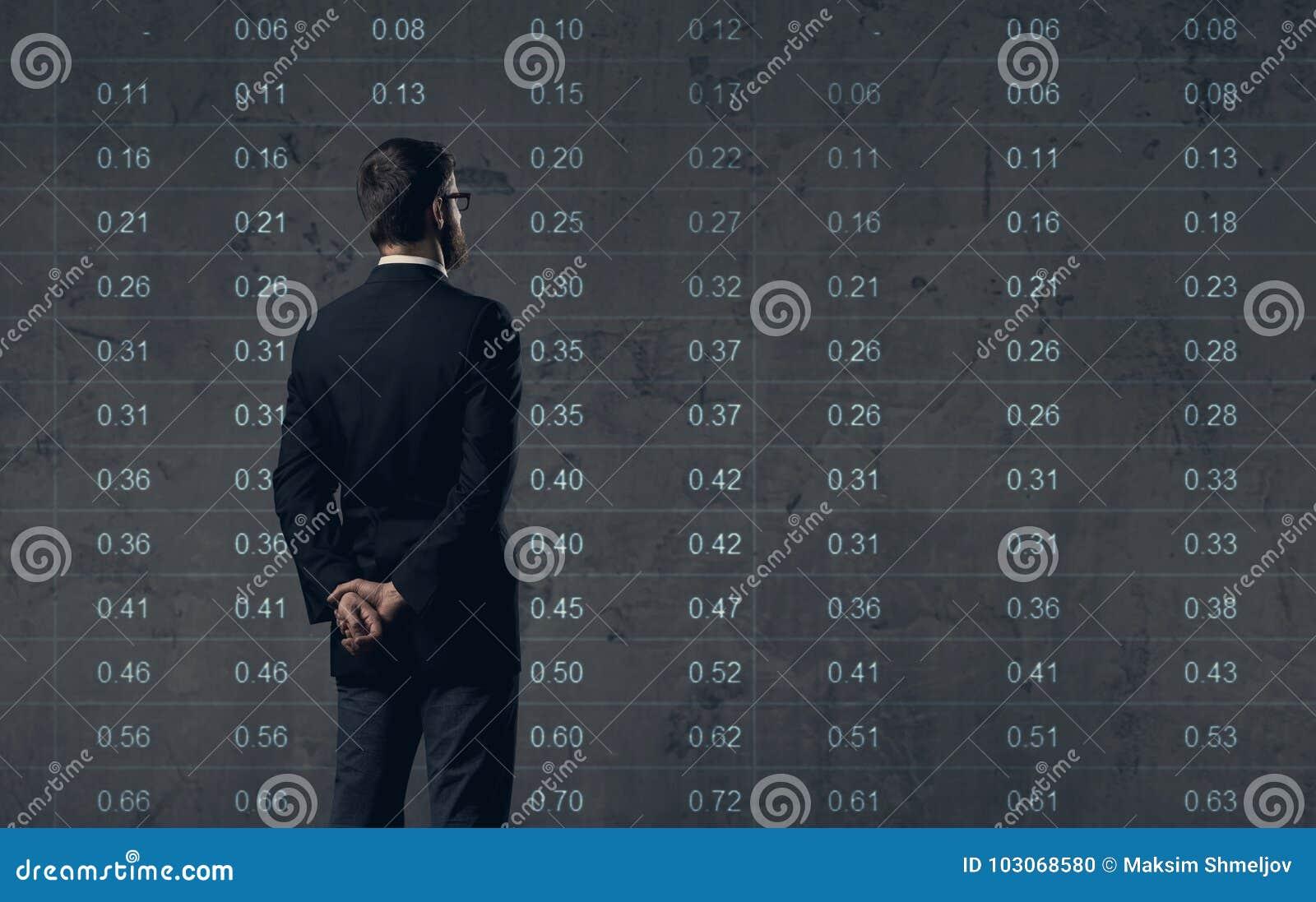 Zakenman die zich over diagramachtergrond bevinden Zaken, bureau,