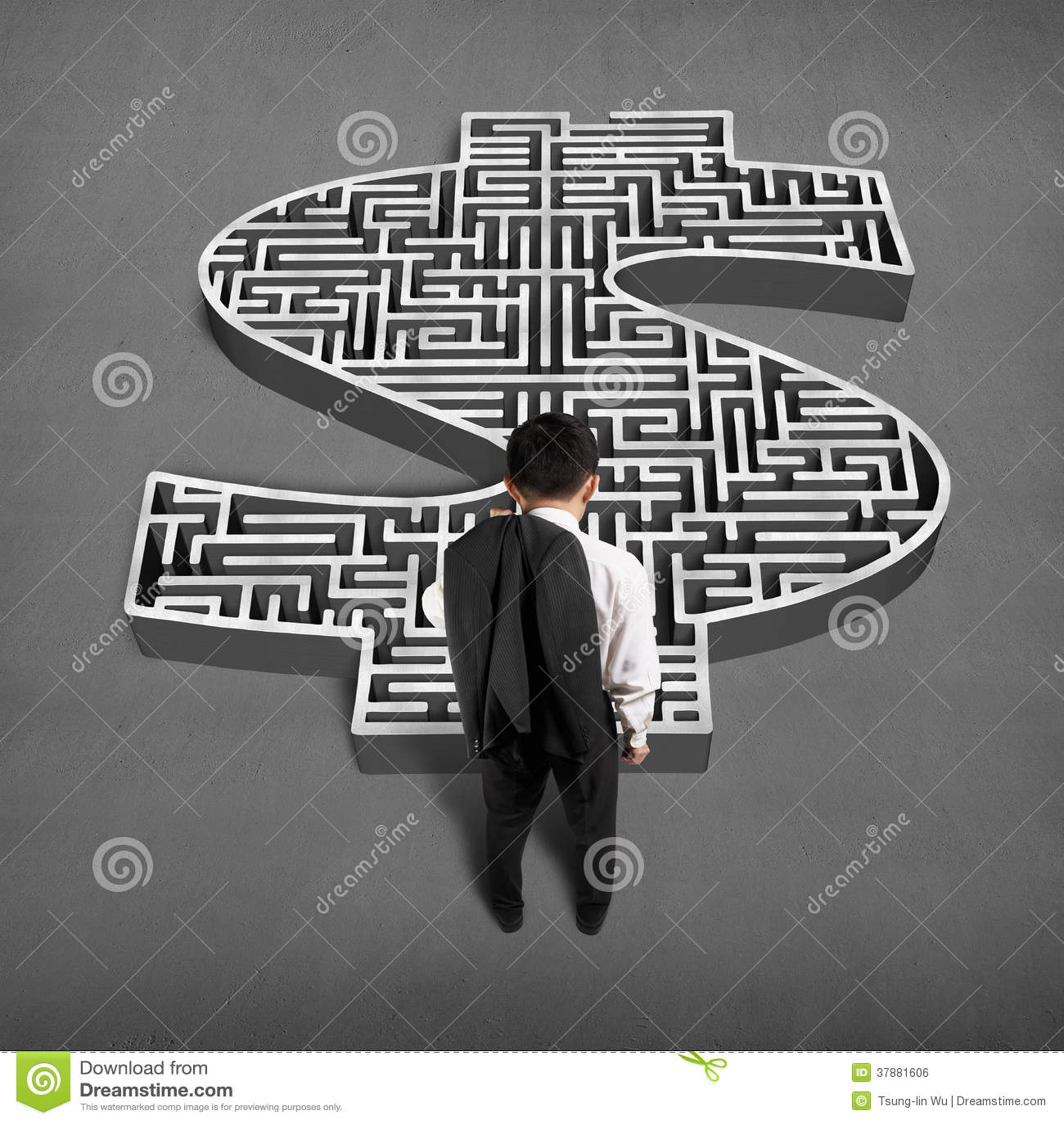 Zakenman die zich voor 3d labyrint van de geldvorm bevinden