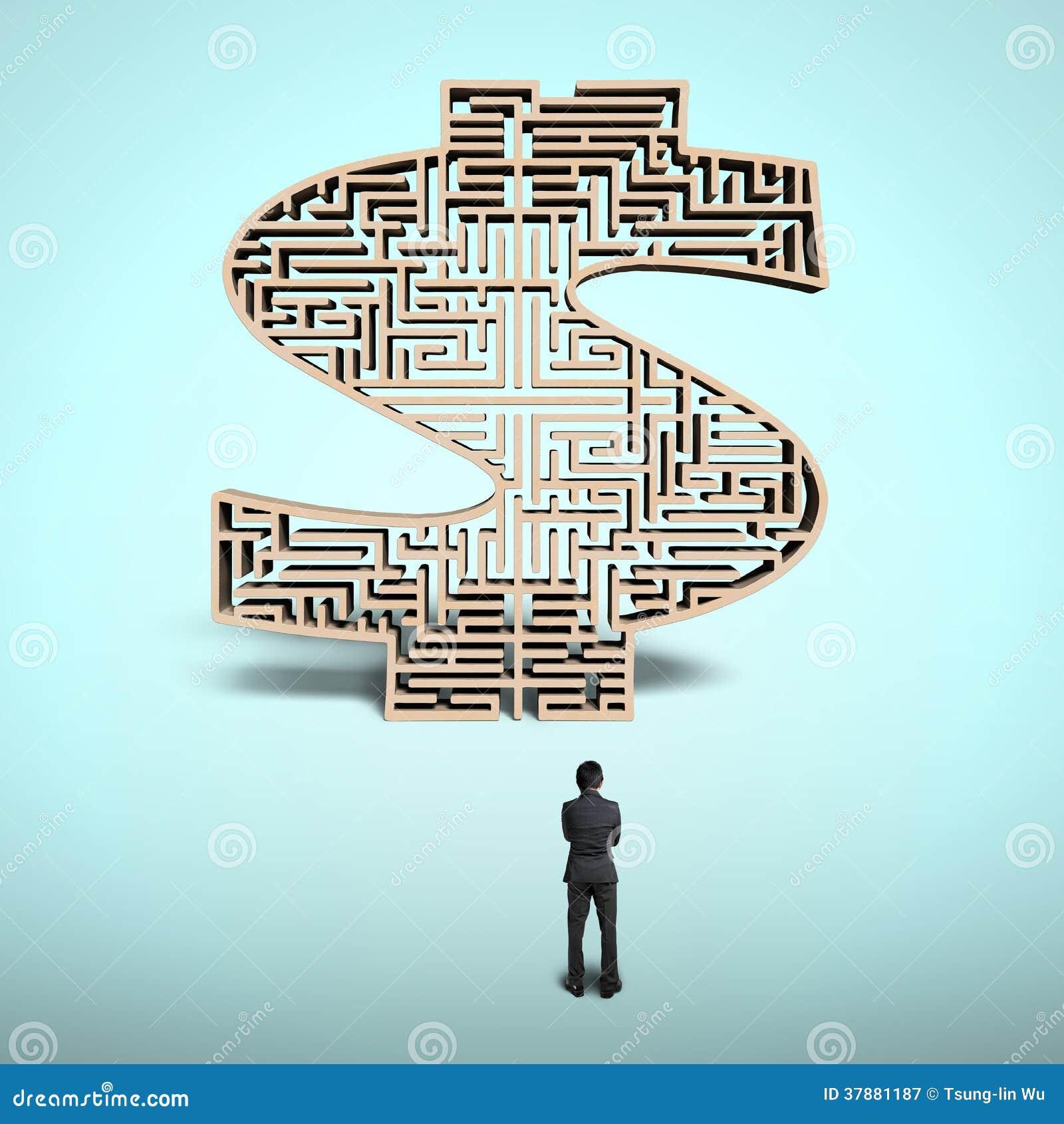 Zakenman die zich voor het labyrint van de geldvorm bevinden