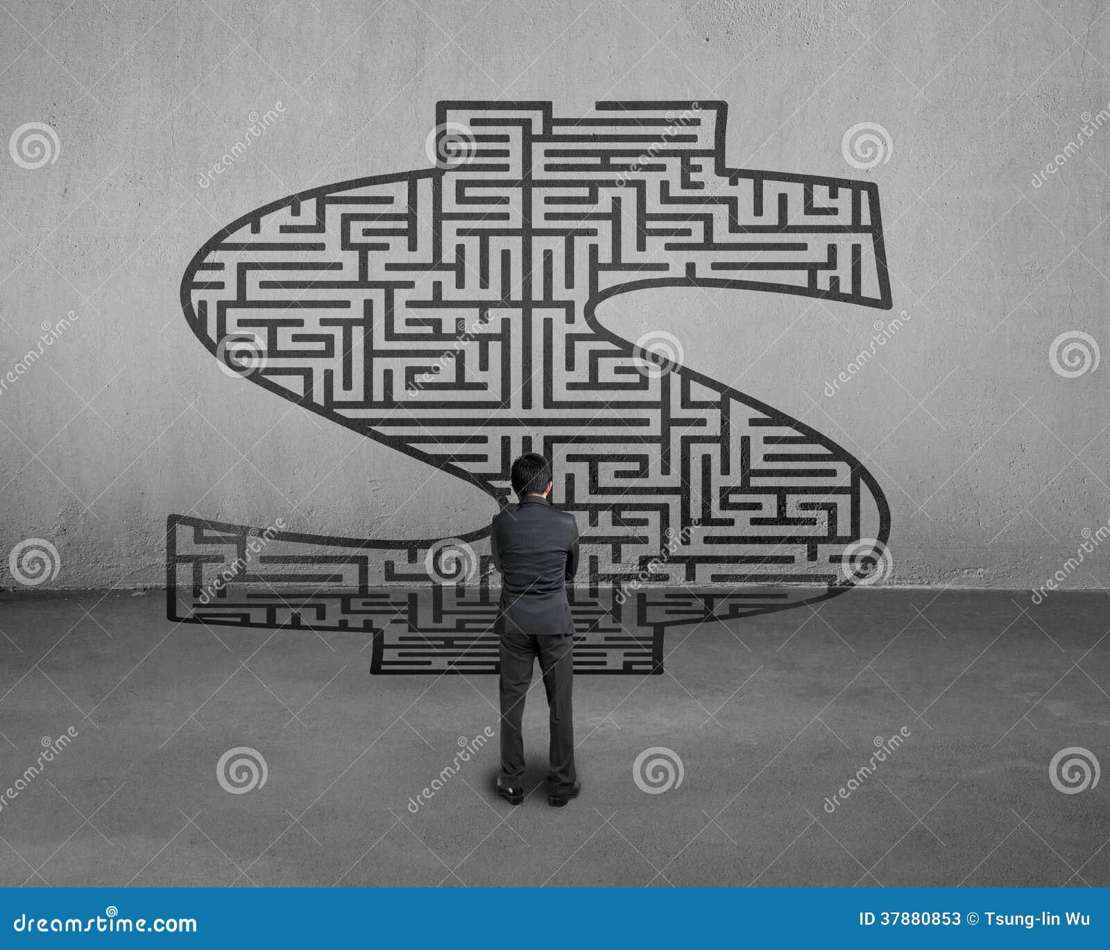 Zakenman die zich voor het labyrint van het geldsymbool bevinden