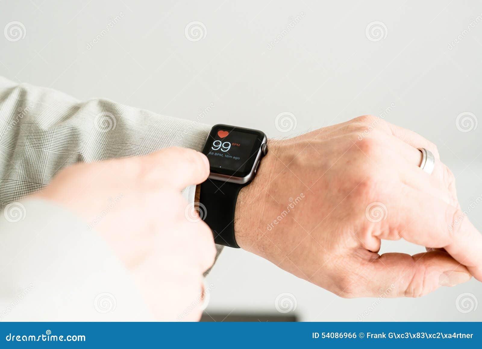 Zakenman die zijn impuls controleren die Apple gebruiken