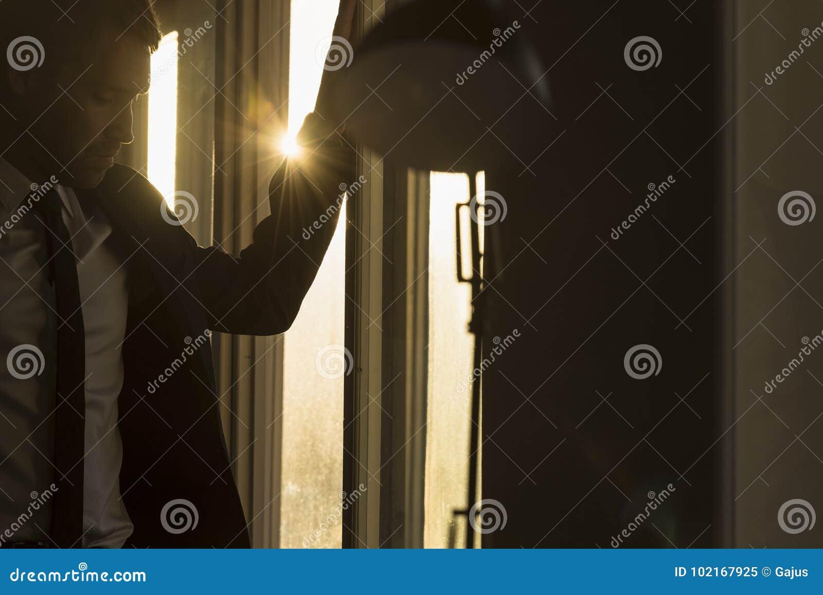 Zakenman in een donker bureau met zonnestraal