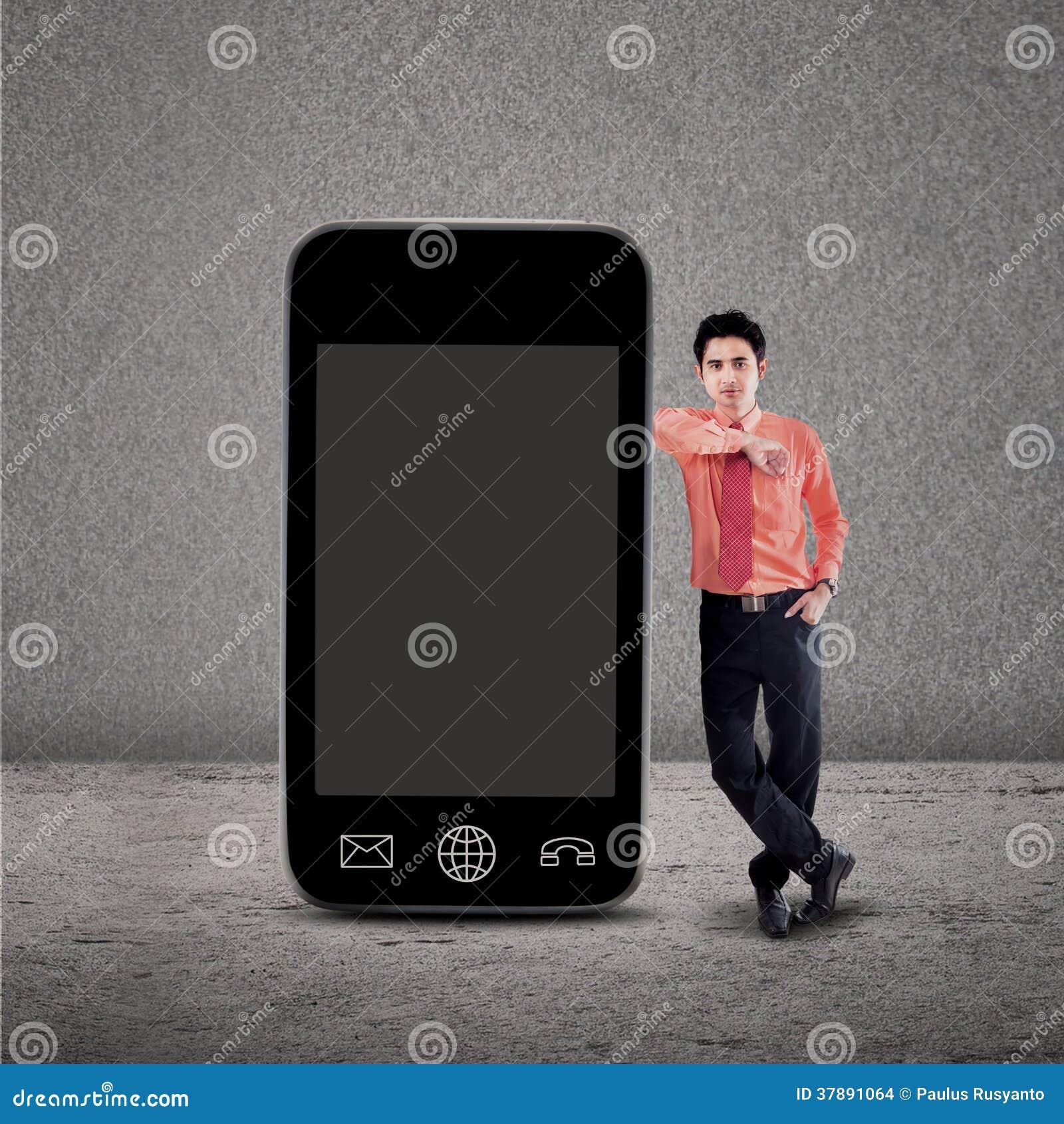 Zakenman en smartphone op grijs