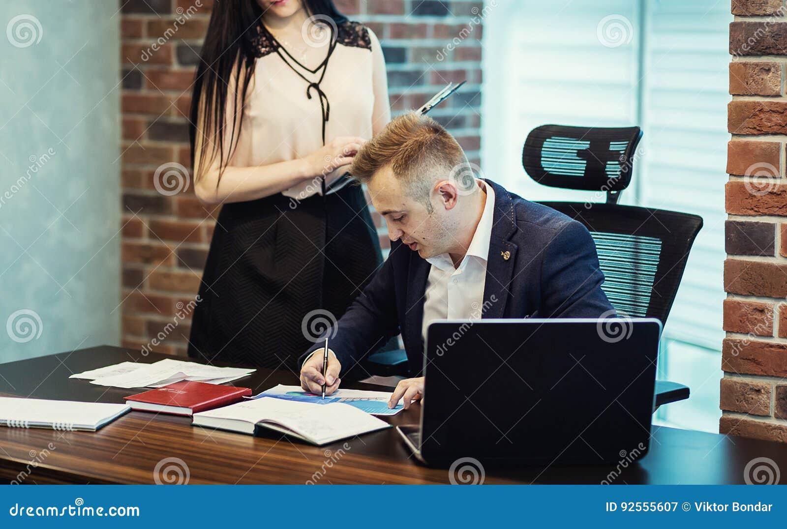 Zakenman en zijn hulpsecretaresse in zijn bureau Secre
