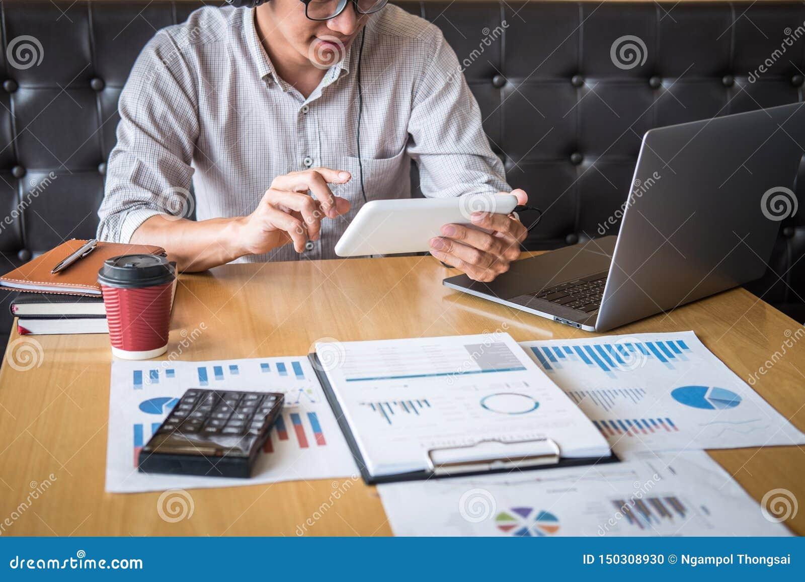 Zakenman het werk het investeringsproject op laptop computer met rapportdocument en analyseert, berekenend financi?le gegevens ov