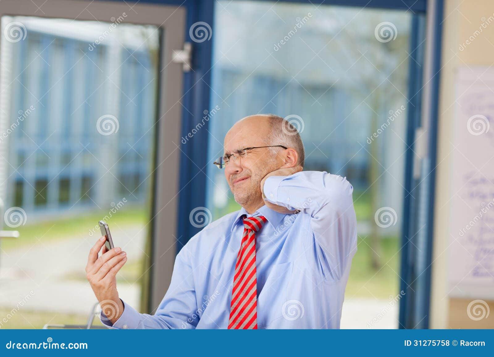 Zakenman Holding Cell Phone terwijl het Lijden aan Halspijn