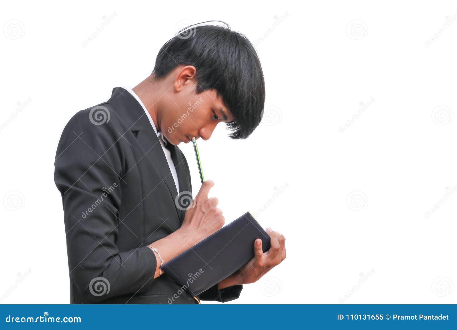 Zakenman knap in hand het ondertekenen verslagdocument met blocnote op witte achtergrond