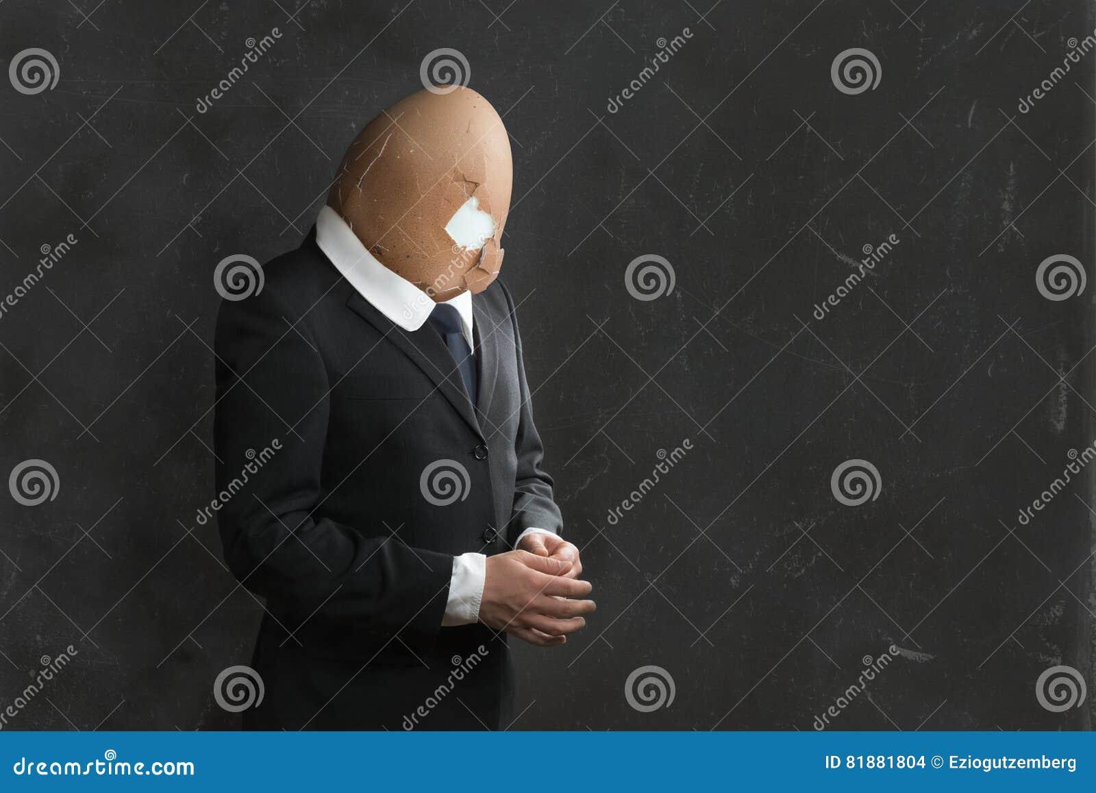 Zakenman in Kostuum met gebroken Egghead