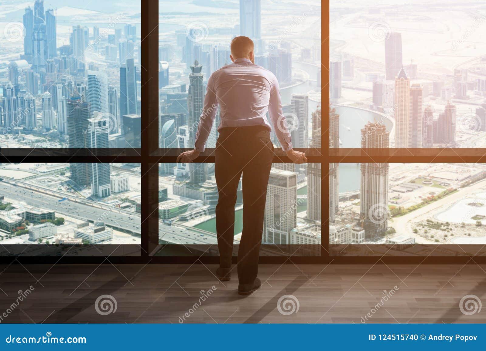 Zakenman Looking At Cityscape door Venster