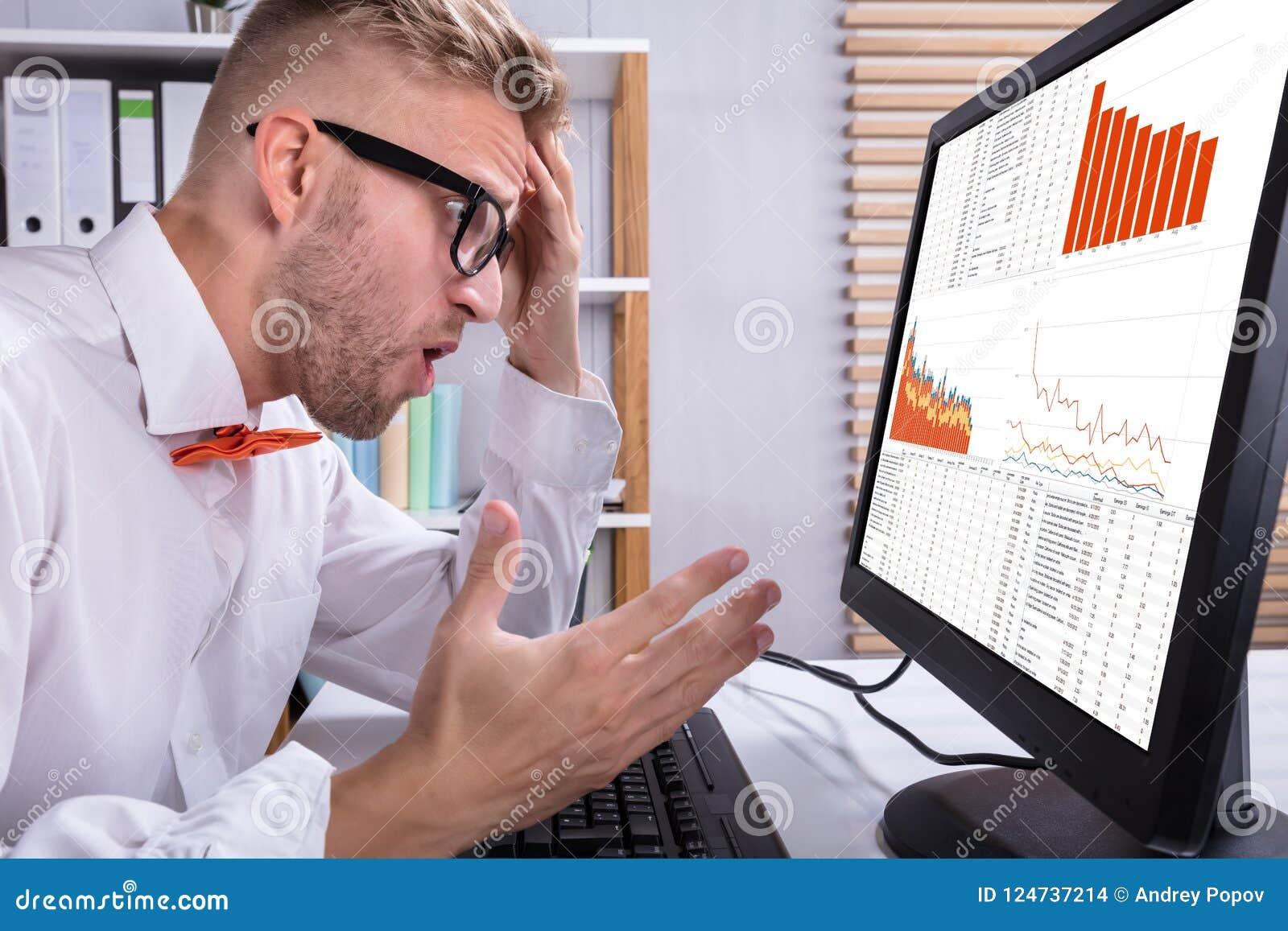 Zakenman Looking At Graph