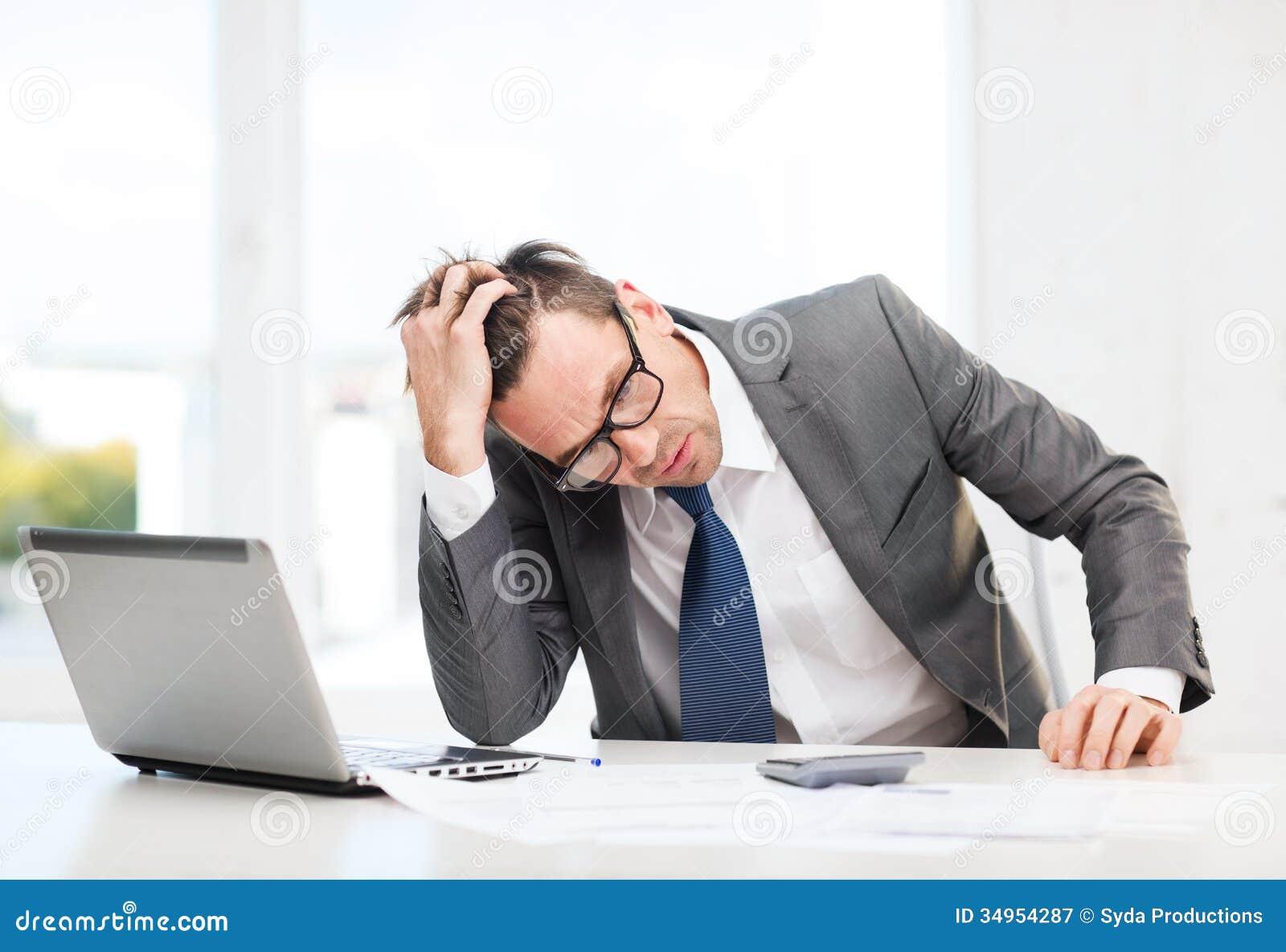 Zakenman met computer, documenten en calculator