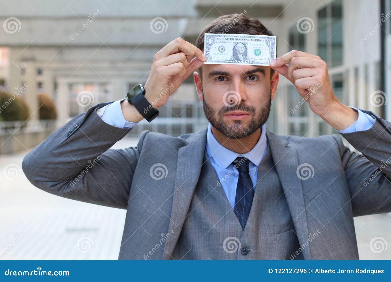 Zakenman met dollar op zijn voorhoofd