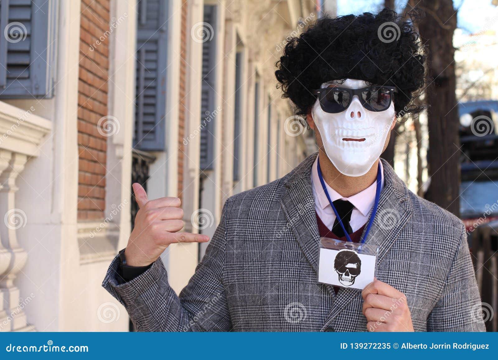 Zakenman met skeletgezicht die identiteitskaart-partij tonen