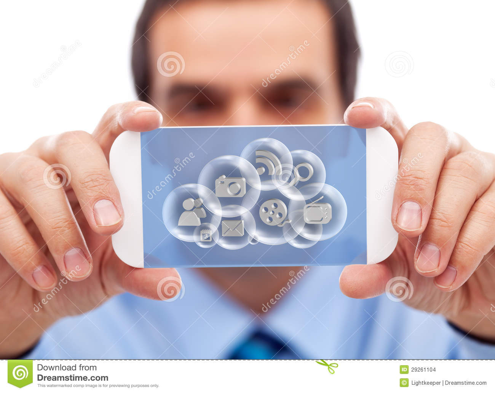 Zakenman met slim gadget die wolken tot toepassingen toegang hebben