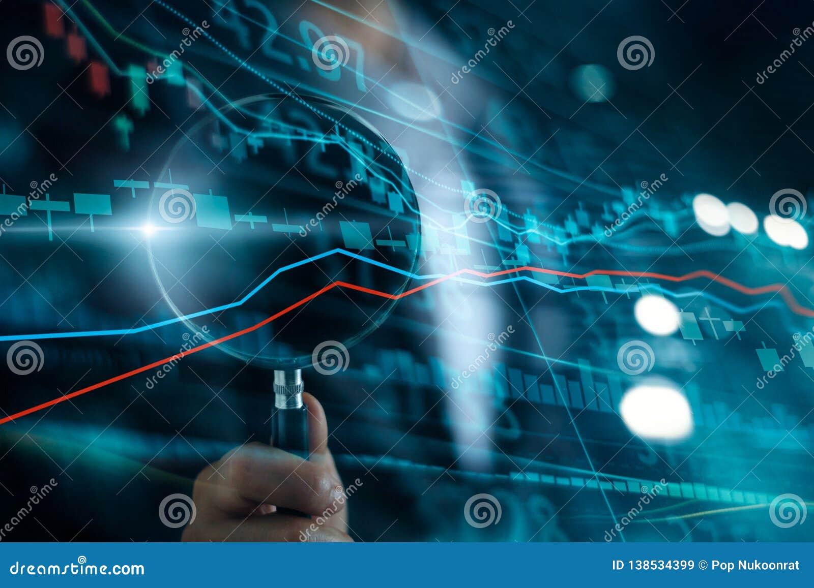 Zakenman met vergrootglasonderzoek van het investeren en effectenbeurs Aanwinst en winsten met kandelaargrafieken