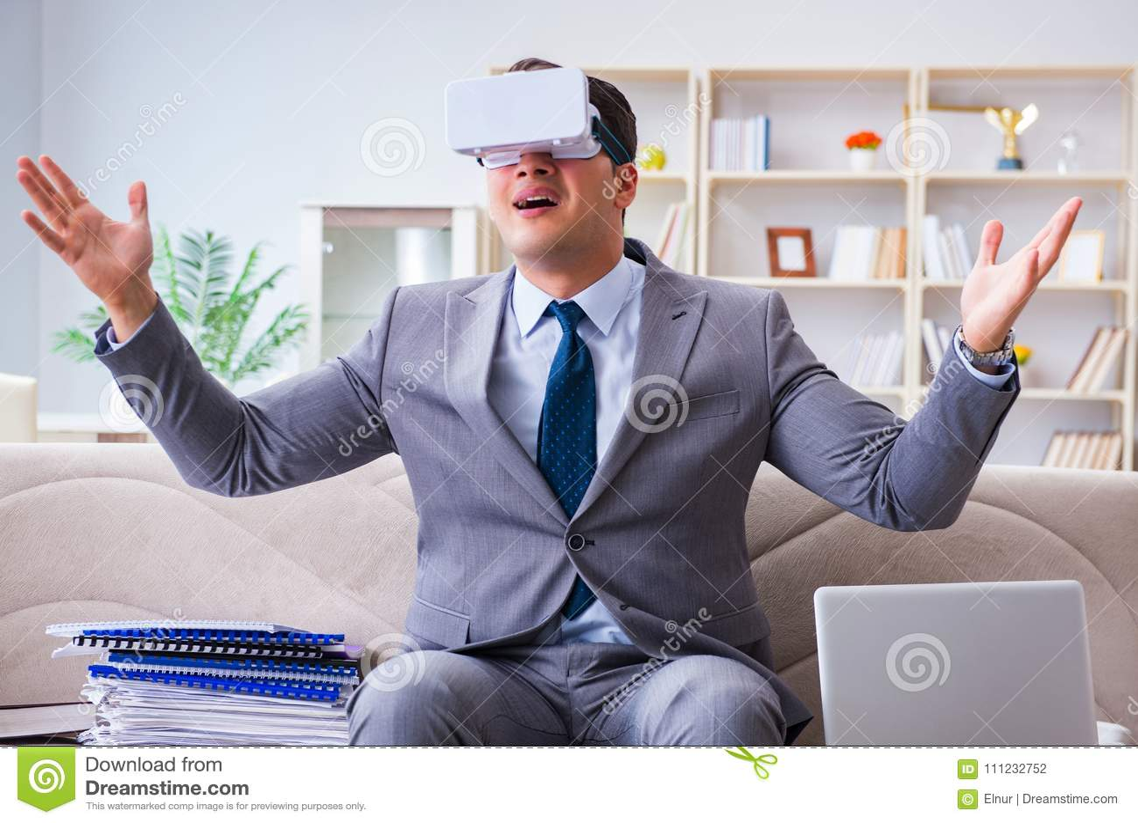 Zakenman met virtuele werkelijkheidsglazen in moderne mede technologie