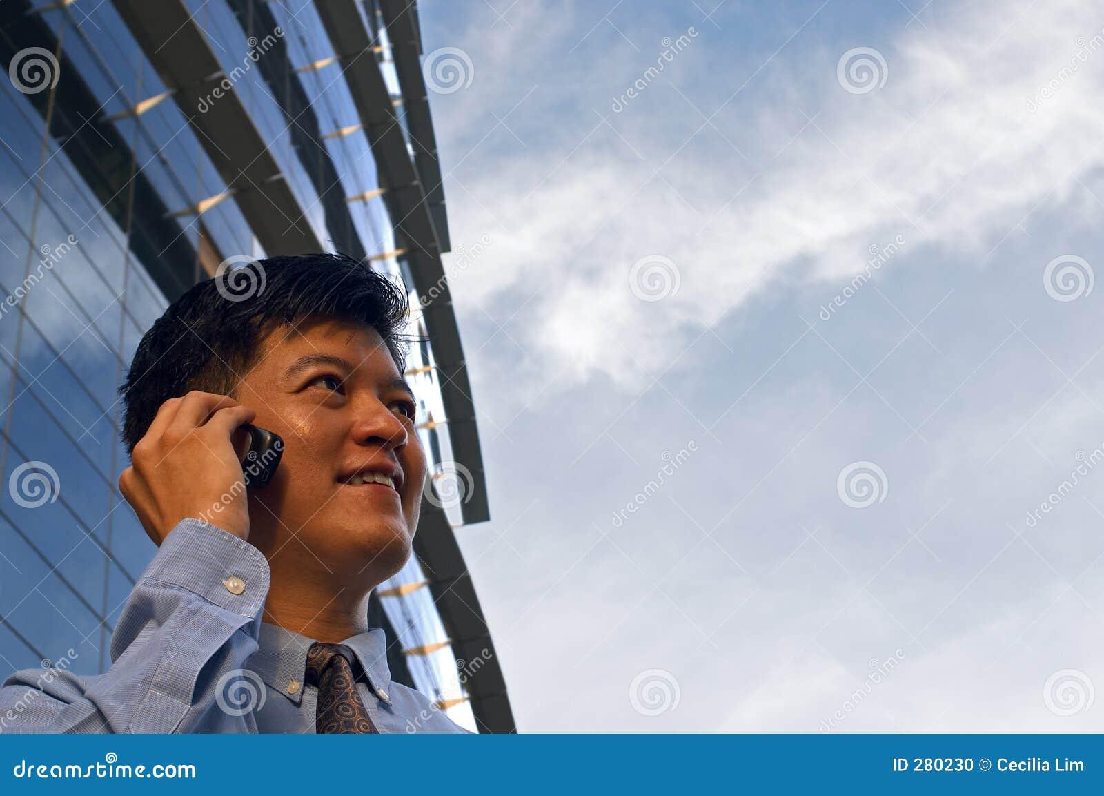 Zakenman op de Telefoon van de Cel (Horizontaal Formaat)