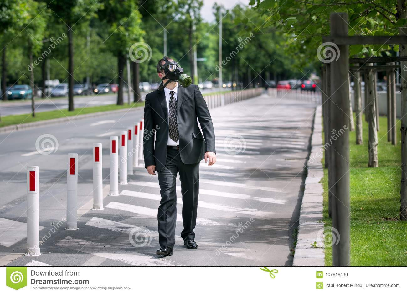 Zakenman openlucht dragend een gasmasker die aan de hemel kijken