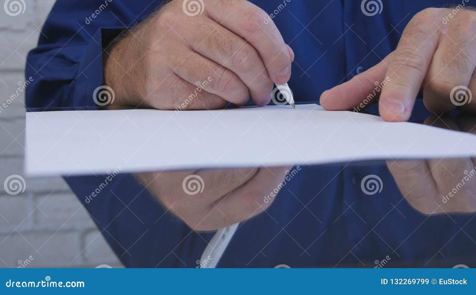 Zakenman Signing Contract in Bureau op het Bureau